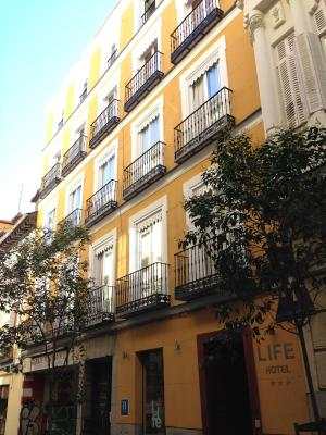 #spain @ Hotel Hotel Life Gran Via finding hotel rooms /The bed was good, the room is not noisy and was very clean. Great location! #apartment